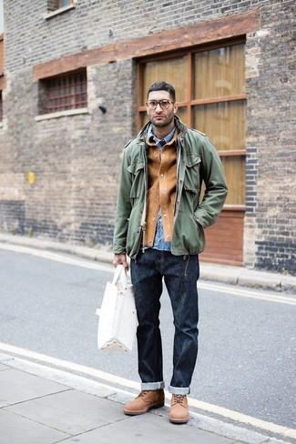 Cómo combinar: chaqueta estilo camisa de ante marrón claro, chaqueta militar verde oliva, camisa vaquera azul, vaqueros azul marino