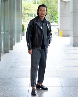 Cómo combinar una chaqueta motera de cuero negra: Considera ponerse una chaqueta motera de cuero negra y un pantalón de vestir gris para lograr un look de vestir pero no muy formal. Dale un toque de elegancia a tu atuendo con un par de mocasín de cuero negro.