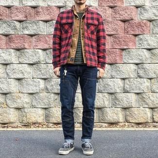 Cómo combinar: chaqueta estilo camisa a cuadros en rojo y negro, chaqueta vaquera marrón claro, camiseta con cuello circular de rayas horizontales en gris oscuro, vaqueros azul marino