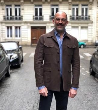Cómo combinar: chaqueta estilo camisa de cuero en marrón oscuro, camisa de vestir celeste, pantalón chino negro