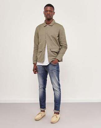 Cómo combinar: chaqueta estilo camisa en beige, camiseta con cuello circular blanca, vaqueros azul marino, náuticos de ante en beige