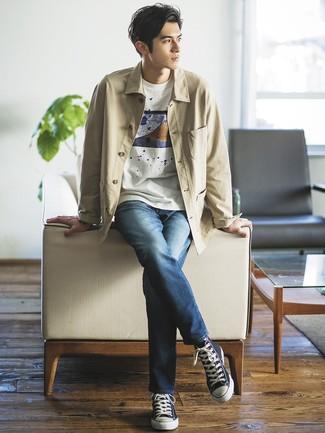 Cómo combinar: chaqueta estilo camisa en beige, camiseta con cuello circular estampada blanca, vaqueros azul marino, zapatillas altas de lona azul marino