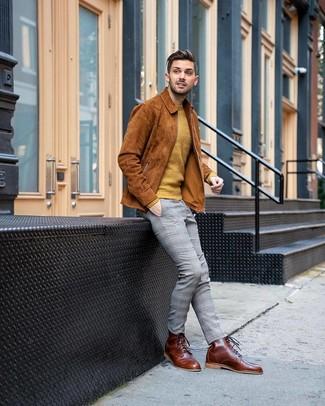Cómo combinar: chaqueta estilo camisa de ante en tabaco, jersey con cuello circular mostaza, pantalón chino de tartán gris, botas casual de cuero marrónes