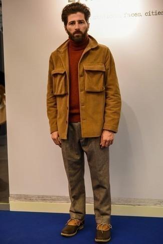 Cómo combinar un pantalón de vestir de lana marrón: Ponte una chaqueta estilo camisa de pana en tabaco y un pantalón de vestir de lana marrón para una apariencia clásica y elegante. ¿Quieres elegir un zapato informal? Haz botas para la nieve de cuero en tabaco tu calzado para el día.