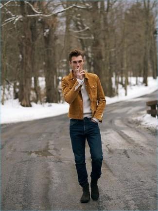 Cómo combinar: chaqueta estilo camisa de ante en tabaco, jersey de pico blanco, vaqueros azul marino, botines chelsea de ante en marrón oscuro