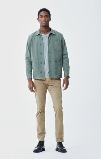 Cómo combinar unas botas casual de cuero negras: Si buscas un estilo adecuado y a la moda, intenta combinar una chaqueta estilo camisa en verde menta junto a un pantalón chino marrón claro. Botas casual de cuero negras son una opción inmejorable para completar este atuendo.