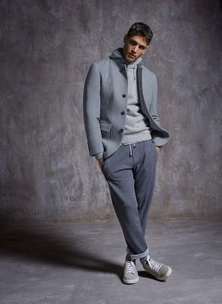 Cómo combinar: chaqueta estilo camisa de lana gris, sudadera con capucha gris, pantalón de chándal gris, tenis de ante grises
