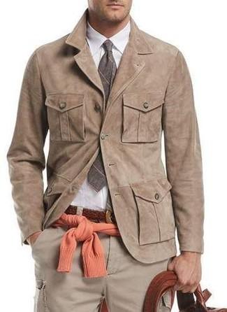 Cómo combinar: chaqueta estilo camisa de ante marrón claro, jersey con cuello circular naranja, camisa de vestir blanca, pantalón cargo en beige