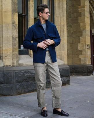 Cómo combinar un mocasín de cuero morado oscuro: Usa una chaqueta estilo camisa de lana azul marino y un pantalón cargo gris para lidiar sin esfuerzo con lo que sea que te traiga el día. Opta por un par de mocasín de cuero morado oscuro para mostrar tu inteligencia sartorial.