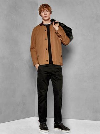 Cómo combinar: chaqueta estilo camisa marrón, jersey con cuello circular negro, pantalón chino negro, tenis de cuero negros