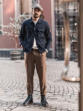 Cómo combinar una correa: Una chaqueta estilo camisa azul marino y una correa son tu atuendo para salir los días de descanso. Agrega botas casual de cuero negras a tu apariencia para un mejor estilo al instante.