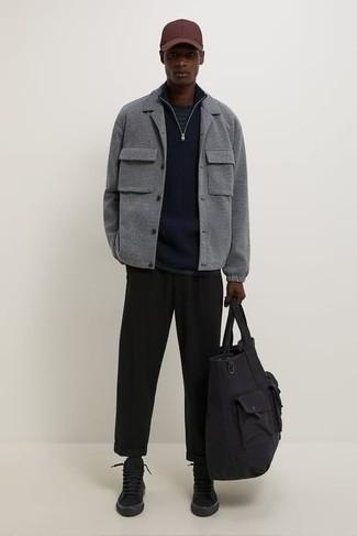 Cómo combinar una bolsa tote de lona negra: Haz de una chaqueta estilo camisa de lana gris y una bolsa tote de lona negra tu atuendo para un look agradable de fin de semana. Zapatillas altas de lona negras son una opción práctica para completar este atuendo.