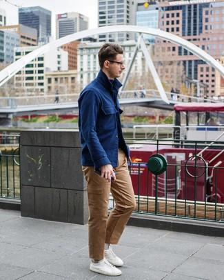 Cómo combinar: chaqueta estilo camisa de lana azul marino, jersey de cuello alto azul marino, pantalón cargo marrón claro, tenis blancos