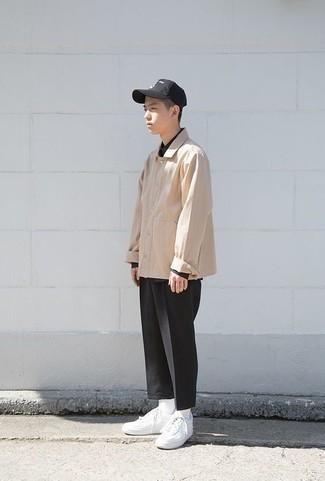 Cómo combinar un pantalón chino negro para hombres adolescentes: Si buscas un look en tendencia pero clásico, considera ponerse una chaqueta estilo camisa en beige y un pantalón chino negro. Mezcle diferentes estilos con tenis de cuero blancos.