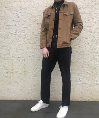 Cómo combinar una chaqueta estilo camisa marrón: Elige una chaqueta estilo camisa marrón y un pantalón chino negro para las 8 horas. Si no quieres vestir totalmente formal, complementa tu atuendo con tenis de cuero blancos.