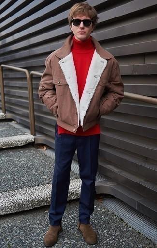 Cómo combinar una chaqueta estilo camisa marrón: Si buscas un look en tendencia pero clásico, intenta ponerse una chaqueta estilo camisa marrón y un pantalón chino azul marino. Agrega botines chelsea de ante marrónes a tu apariencia para un mejor estilo al instante.