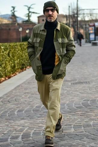 Cómo combinar una chaqueta estilo camisa verde oliva: Si buscas un look en tendencia pero clásico, intenta combinar una chaqueta estilo camisa verde oliva junto a un pantalón chino marrón claro. Completa el look con botas casual de cuero negras.