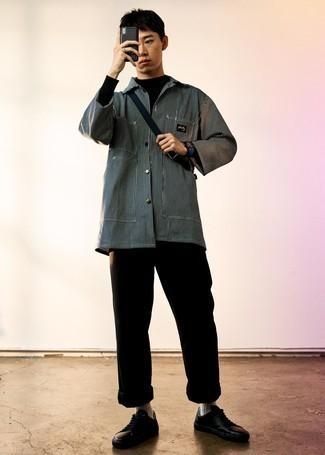 Cómo combinar una chaqueta estilo camisa de rayas verticales negra: Haz de una chaqueta estilo camisa de rayas verticales negra y un pantalón chino negro tu atuendo para una vestimenta cómoda que queda muy bien junta. Si no quieres vestir totalmente formal, opta por un par de tenis de cuero negros.