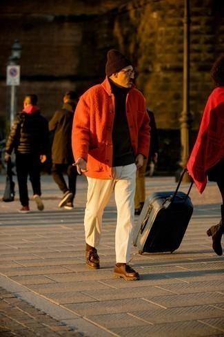 Cómo combinar un pantalón chino de pana blanco: Si buscas un estilo adecuado y a la moda, ponte una chaqueta estilo camisa naranja y un pantalón chino de pana blanco. Botas safari de cuero en marrón oscuro son una opción grandiosa para complementar tu atuendo.