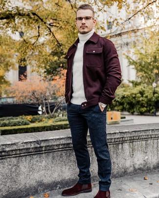 Cómo combinar: chaqueta estilo camisa de lana burdeos, jersey de cuello alto de lana de punto blanco, pantalón de vestir de lana azul marino, botines chelsea de ante burdeos