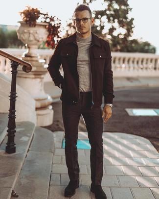 Cómo combinar: chaqueta estilo camisa de lana negra, jersey de cuello alto gris, pantalón de vestir de lana en gris oscuro, botas safari de ante negras