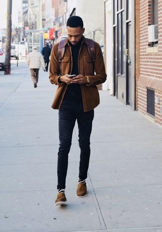 Cómo combinar una mochila de cuero burdeos: Una chaqueta estilo camisa de pana marrón y una mochila de cuero burdeos son una opción muy buena para el fin de semana. Complementa tu atuendo con mocasín con borlas de cuero marrón para mostrar tu inteligencia sartorial.