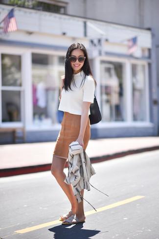 Look de moda: Chaqueta estilo camisa blanca, Jersey de manga corta blanco, Falda lápiz marrón claro, Sandalias planas de ante grises