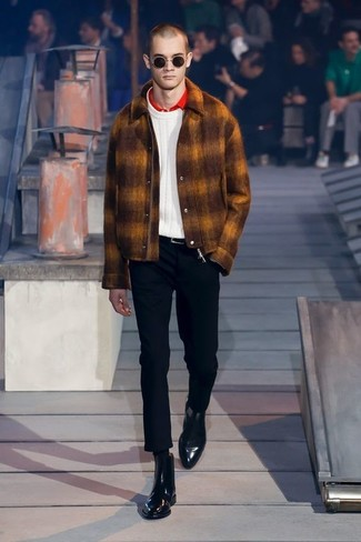 Cómo combinar: chaqueta estilo camisa de lana en tabaco, jersey de ochos blanco, camisa polo roja, pantalón chino negro