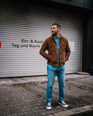 Cómo combinar: chaqueta estilo camisa de pana marrón, camisa vaquera azul, vaqueros azules, zapatillas altas de lona en azul marino y blanco