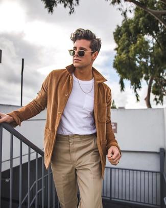 Look de moda: Chaqueta estilo camisa marrón, Camiseta con cuello circular blanca, Pantalón chino marrón claro, Gafas de sol marrón claro