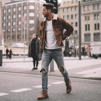 Cómo combinar: chaqueta estilo camisa de ante marrón, camiseta con cuello circular blanca, vaqueros pitillo desgastados celestes, botas casual de ante marrónes