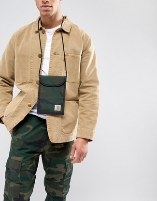 Cómo combinar: chaqueta estilo camisa marrón claro, camiseta con cuello circular blanca, pantalón cargo de camuflaje verde oscuro, monedero para el cuello de lona de camuflaje verde oscuro