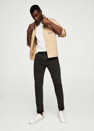 Cómo combinar: chaqueta estilo camisa marrón claro, camiseta con cuello circular blanca, vaqueros negros, tenis de cuero blancos