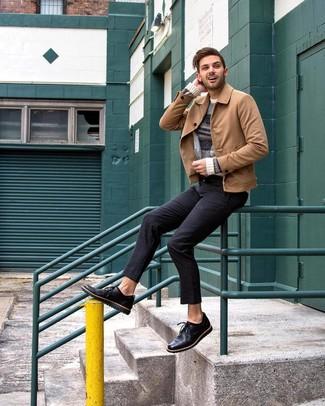 Cómo combinar: chaqueta estilo camisa de ante marrón claro, jersey con cuello circular de rayas horizontales en beige, pantalón chino negro, zapatos derby de cuero negros