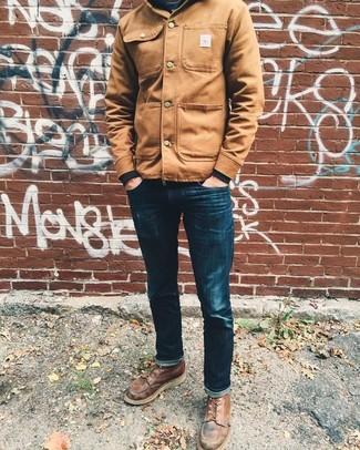 Cómo combinar: chaqueta estilo camisa marrón claro, sudadera negra, vaqueros pitillo azul marino, botas casual de cuero marrónes