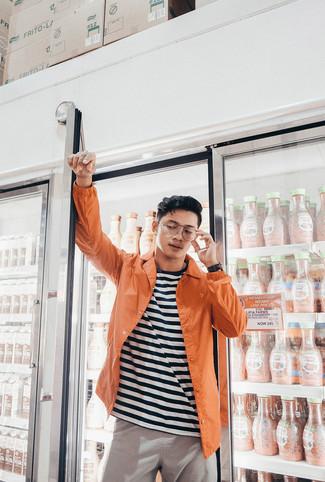Cómo combinar: chaqueta estilo camisa naranja, camiseta con cuello circular de rayas horizontales en blanco y negro, pantalón chino gris, reloj de cuero negro