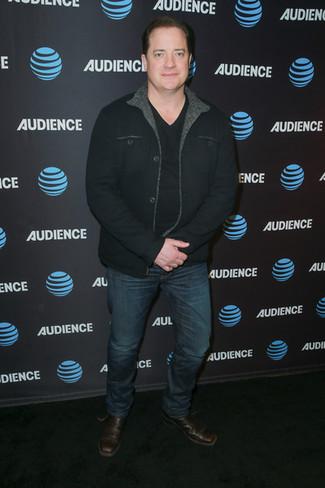 Cómo combinar: chaqueta estilo camisa negra, camiseta con cuello en v negra, vaqueros azul marino, botines chelsea de cuero en marrón oscuro