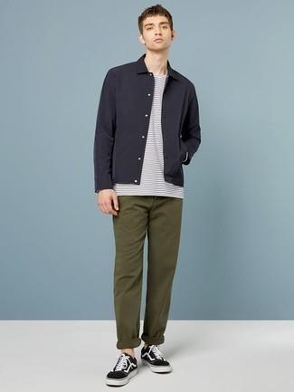 Cómo combinar un pantalón chino verde oliva: Si buscas un look en tendencia pero clásico, considera emparejar una chaqueta estilo camisa negra con un pantalón chino verde oliva. Tenis de lona en negro y blanco resaltaran una combinación tan clásico.