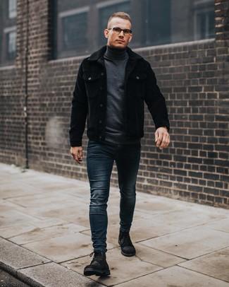 Look de moda: Chaqueta estilo camisa de pana negra, Jersey de cuello alto en gris oscuro, Vaqueros pitillo azul marino, Botas casual de ante negras