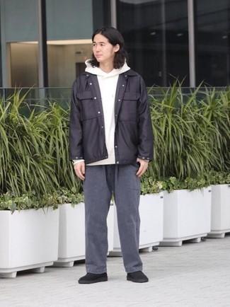 Cómo combinar una sudadera con capucha blanca: Equípate una sudadera con capucha blanca junto a un pantalón chino en gris oscuro para cualquier sorpresa que haya en el día. Con el calzado, sé más clásico y haz botas safari de ante negras tu calzado.