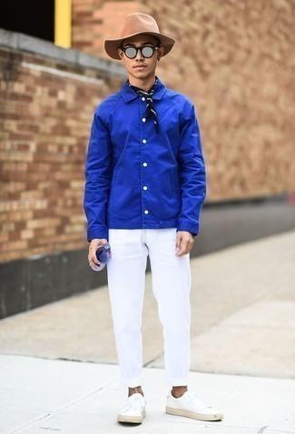 Cómo combinar unos tenis de cuero blancos estilo casual elegante: Utiliza una chaqueta estilo camisa azul y un pantalón chino blanco para un lindo look para el trabajo. Tenis de cuero blancos darán un toque desenfadado al conjunto.
