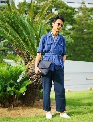 Cómo combinar una bandana azul: Para un atuendo tan cómodo como tu sillón casa una chaqueta estilo camisa de lino azul con una bandana azul. Opta por un par de tenis de lona blancos para mostrar tu inteligencia sartorial.