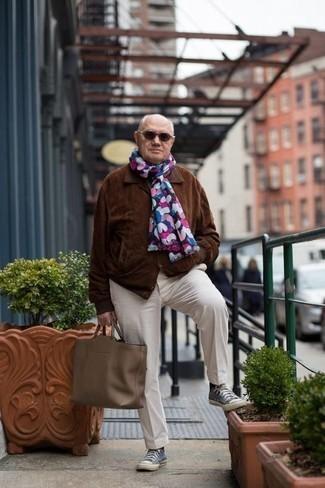 Cómo combinar unas gafas de sol en marrón oscuro para hombres de 60 años: Intenta ponerse una chaqueta estilo camisa de ante marrón y unas gafas de sol en marrón oscuro transmitirán una vibra libre y relajada. Zapatillas altas de lona azules son una opción excelente para completar este atuendo.