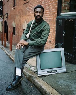 Cómo combinar un gorro negro: Emparejar una chaqueta estilo camisa verde oscuro junto a un gorro negro es una opción práctica para el fin de semana. ¿Te sientes valiente? Elige un par de zapatos derby de cuero negros.