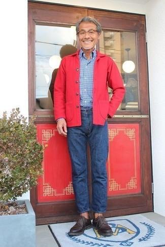 Cómo combinar: chaqueta estilo camisa roja, camisa de manga larga a cuadros azul, vaqueros azules, zapatos derby de cuero en marrón oscuro