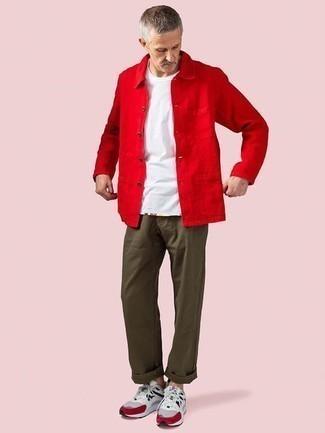 Cómo combinar un pantalón chino verde oliva: Considera emparejar una chaqueta estilo camisa roja con un pantalón chino verde oliva para lograr un estilo informal elegante. Deportivas grises añadirán un nuevo toque a un estilo que de lo contrario es clásico.