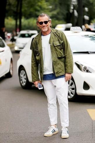 Cómo combinar unos tenis en blanco y azul marino: Empareja una chaqueta estilo camisa verde oliva con un pantalón chino blanco para las 8 horas. ¿Quieres elegir un zapato informal? Opta por un par de tenis en blanco y azul marino para el día.