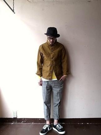 Cómo combinar una chaqueta estilo camisa marrón: Ponte una chaqueta estilo camisa marrón y un pantalón chino a cuadros gris para una vestimenta cómoda que queda muy bien junta. Tenis de ante en negro y blanco darán un toque desenfadado al conjunto.