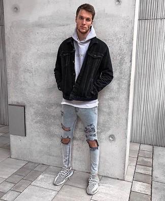Look de moda: Chaqueta estilo camisa de pana negra, Sudadera con capucha gris, Camiseta con cuello circular blanca, Vaqueros pitillo desgastados grises