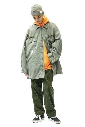 Cómo combinar una sudadera con capucha naranja: Elige una sudadera con capucha naranja y un pantalón chino de pana verde oscuro para lidiar sin esfuerzo con lo que sea que te traiga el día. Tenis de lona en negro y blanco son una opción estupenda para complementar tu atuendo.